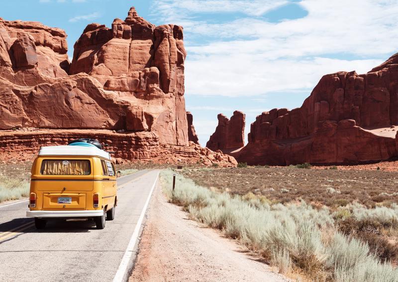 van combi volkswagen sur la route désert