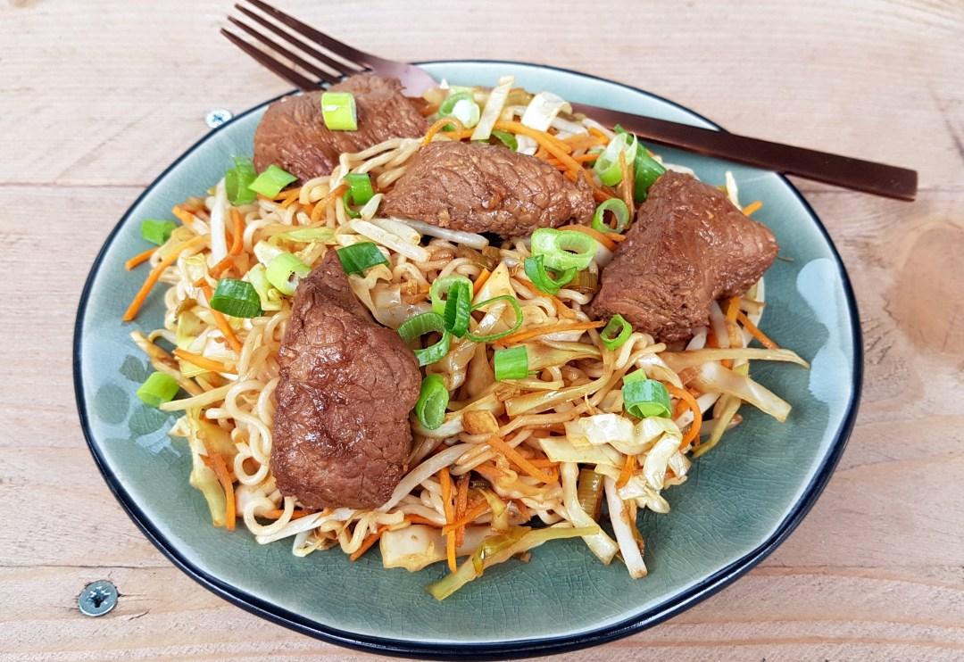 roerbak met gemarineerde biefstuk en noodles