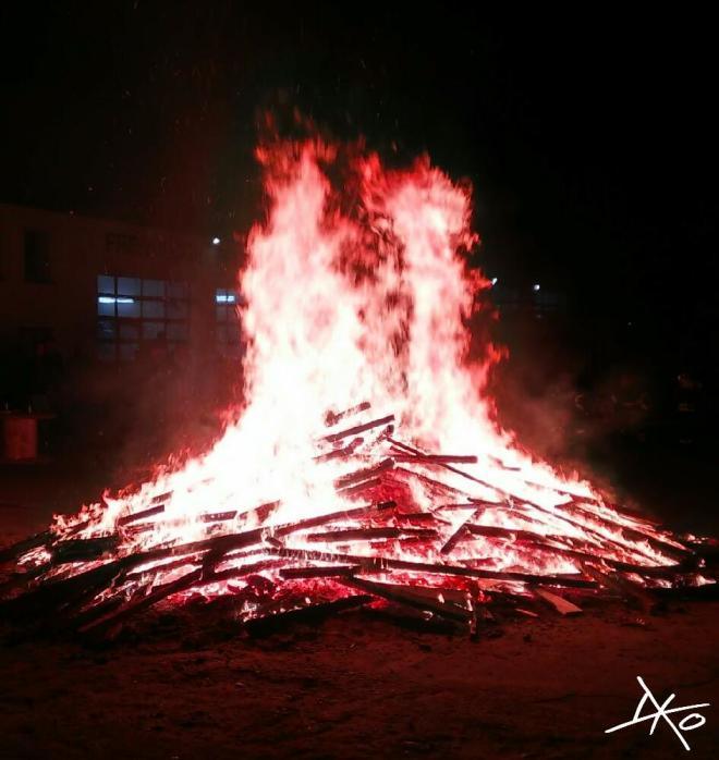 Ein großes Lagerfeuer im Hof der Freiwilligen Feuerwehr in Beelitz