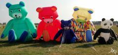 Bunte, luftgefüllte Figuren beim Kite Festival in Tempelhof 2016