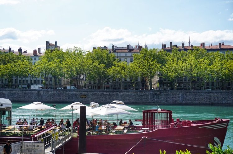 places to go in Lyon - have a drink at the peniches