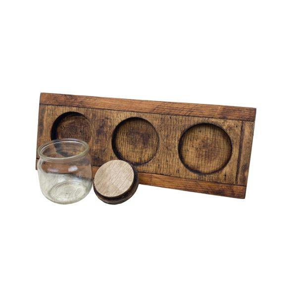 plateau en bois avec 3 bocaux en verre