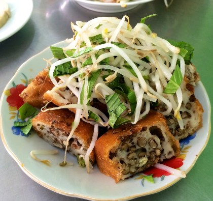 Bánh Cóng (Deep fried green bean cakes)