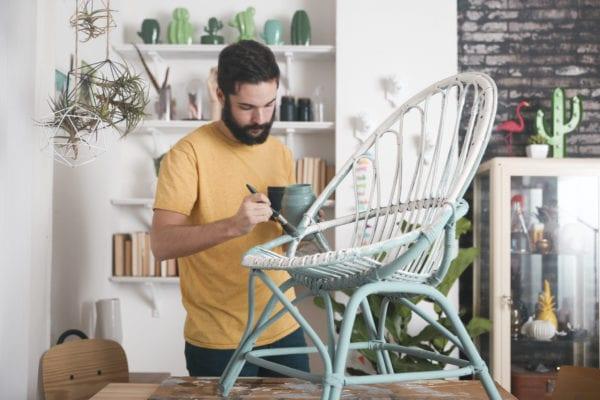 Sakallı adam süt boya ile bir sandalye boyama