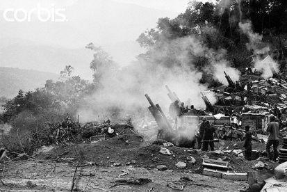 12 februari 1969. Rook hangt rond de 105mm houwitzers van de mariniers die doelen in de A Shau vallei bestoken, op 5 mijl van de grens met Laos.