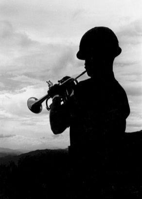 Een klaroenblazer speelt een hymne voor gevallen soldaten van de 101st Airborne Division, 1969