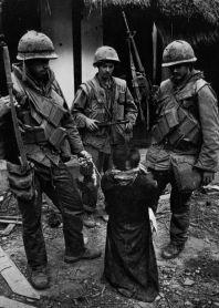 Amerikaanse mariniers met een gevangenomen burger, verdacht van sympathie met Noord-Vietnam, tijdens de slag om Hué-februari 1968.