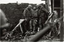 Amerikaans marinier gewond geraakt aan het been tijdens de slag om Hué, februari 1968 (foto van Don McCullin)