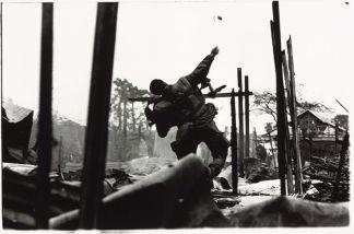 Amerikaans marinier gooit een granaat tijdens de slag om Hué (foto van Don McCullin)