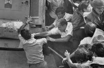 Evacuatie Saigon, 30 april 1975. Een Amerikaanse geëvacueerde deelt een vuistslag uit aan een Zuid-Vietnamese man die een plaats tracht te bemachtigen op de laatste helikopter die de Amerikaanse ambassade zal verlaten.