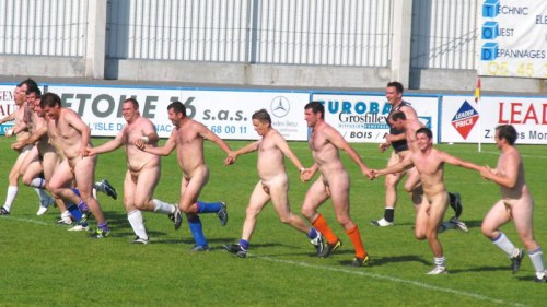 rugger-runing-naked-in-field