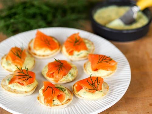 toasts de saumon fumé sur blinis, sauce au fromage blanc à l'aneth et savora