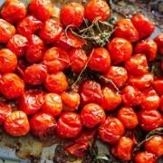 tomates cerise rôties au four avec un peu d'huile d'olive et aromates