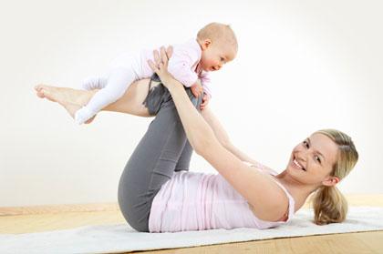 mamica jucandu-se cu bebelusul