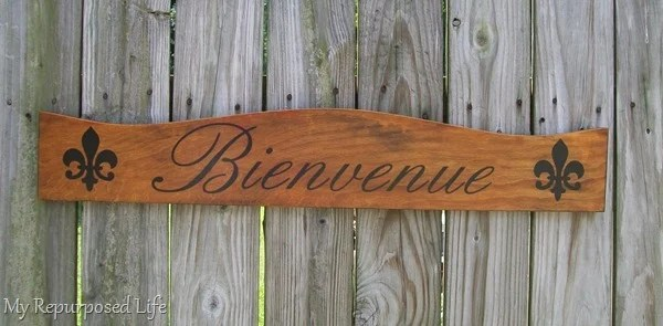 wooden headboard bienvenue sign