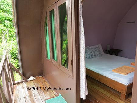 deluxe room of Mari-Mari Backpackers Lodge (Mantanani Island)