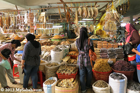people buying dried seafood in Pasar Tanjung Tawau