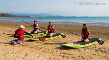 stand up paddle boarding lesson on the beach