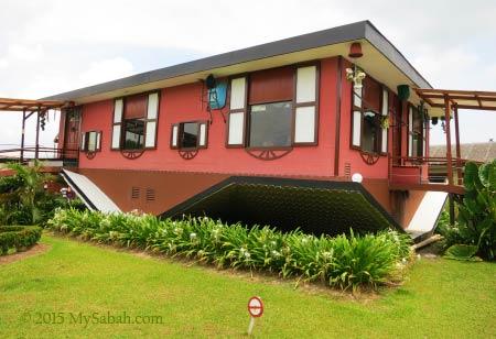Upside down House (Rumah Terbalik)