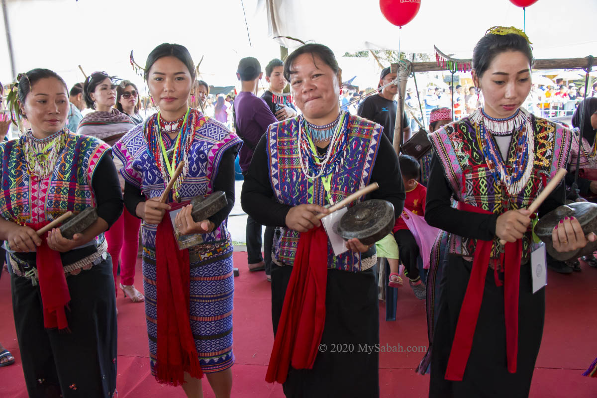 Dusun Lebou girls beating gong