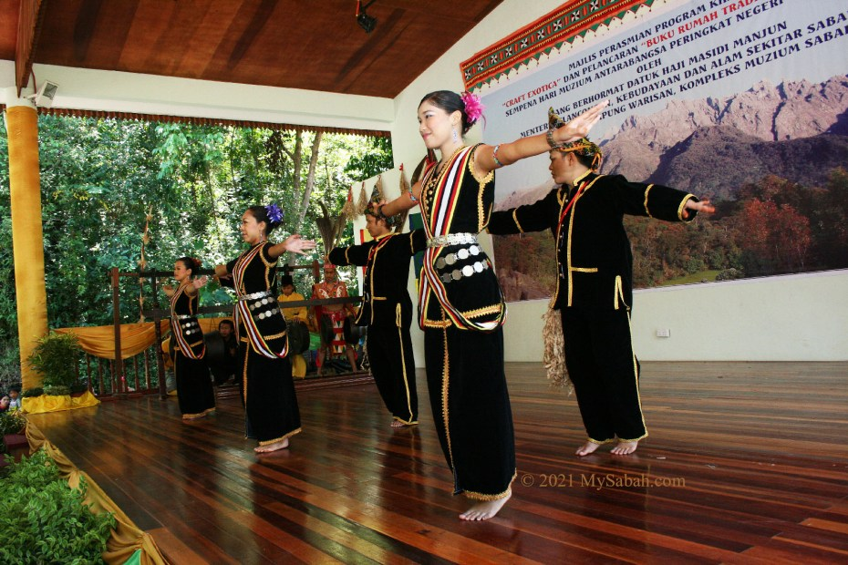 Dancing Sumazau in group