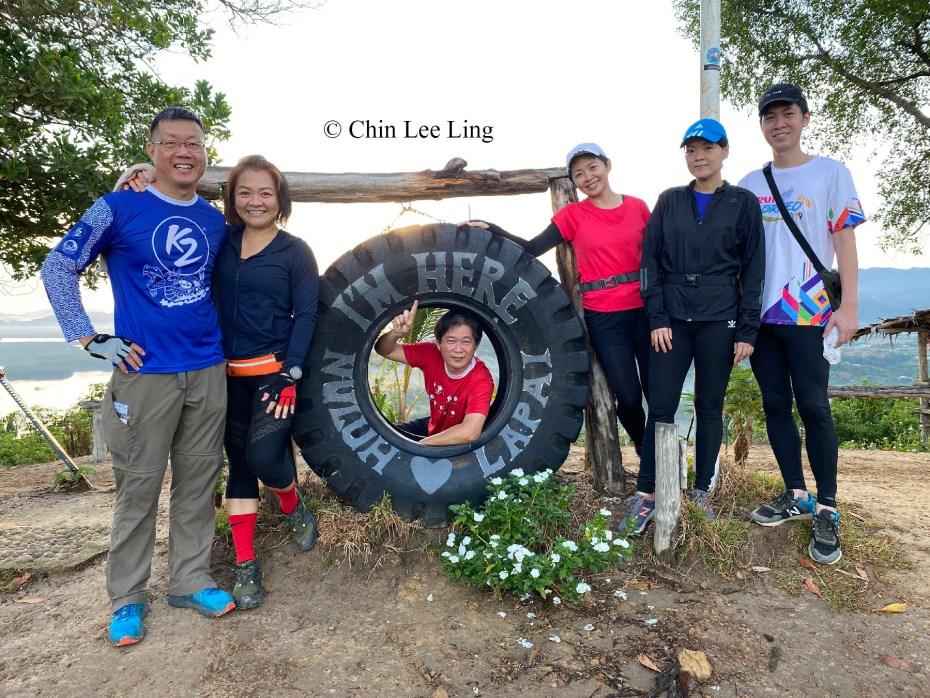 Group photo with tyre landmark of Nuluh Lapai