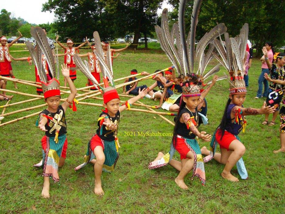 Children rehearse Magunatip before filming in national TV