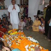 Chief Minister Naveen Patnayak praying infront of Dead body of Sarat Chandra Mohapatra