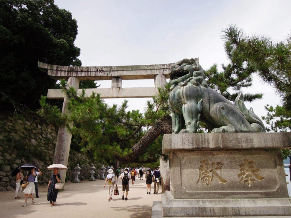 Torii di pietra all'ingresso del santuario di Itsukushima