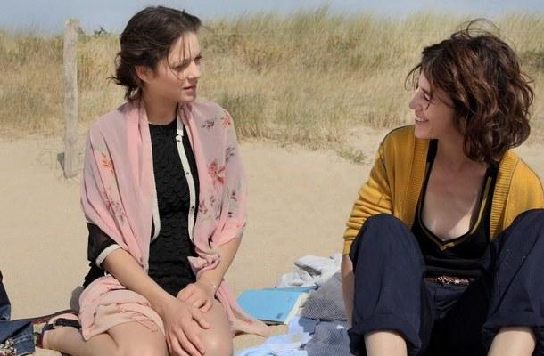 """Marion Cotillard i Charlotte Gainsbourg w scenie z filmu """"Kobiety mojego życia"""""""