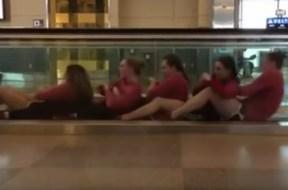 Ομάδα κολύμβησης σε αεροδρόμιο