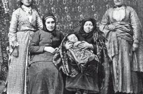5 γενιές, παιδί, μητέρα, γιαγιά, προγιαγιά και προπρογιαγιά Αρμένικης οικογένειας