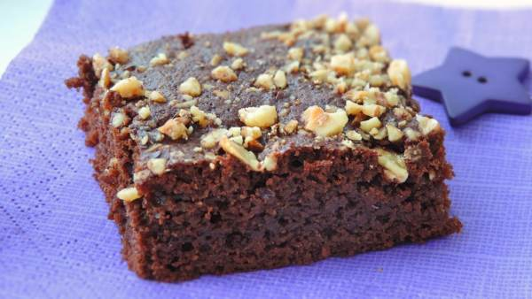 """When done baking, take the whole batch out of the pan, together with the <a href=""""http://amzn.to/2qoVpgS"""" target= """"_blank"""">parchment paper</a>, and let it cool down. When cooled, cut into 20 more or less equal size brownies."""