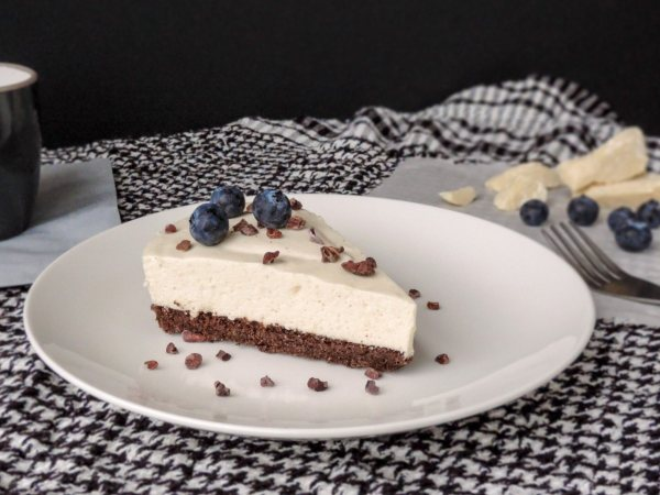 Let the cake sit in the fridge for a few hours so the cream gets thick and firm. Serve as it is, or top with a few ground cocoa nibs. The cake also combines really well with blueberries. Enjoy!