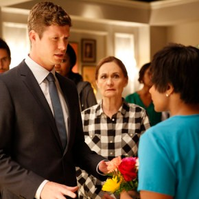 """THE MINDY PROJECT: Casey (guest star Anders Holm, L) and Mindy (Mindy Kaling, R) return from Haiti in the """"All My Problems Solved Forever"""" season premiere episode of THE MINDY PROJECT airing Tuesday, Sept. 17 (9:30-10:00 PM ET/PT) on FOX. Also pictured L-R: Ed Weeks, Xosha Roquemore, Beth Grant and Mindy Kaling. Cr: Greg Gayne/FOX"""