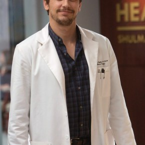 """THE MINDY PROJECT: James Franco guest-stars as Dr. Paul, a charming, former model who also happens to be a sex therapist, in the """"All My Problems Solved Forever"""" season premiere episode of THE MINDY PROJECT airing Tuesday, Sept. 17 (9:30-10:00 PM ET/PT) on FOX. ©2013 Fox Broadcasting Co. Cr: Greg Gayne/FOX"""