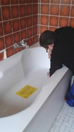 Badewanne in einen Wannenträger einbauen