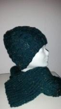 Handgestrickte Damenmütze mit Schal