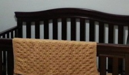 Babydecke handgestrickt im Schachbrettmuster