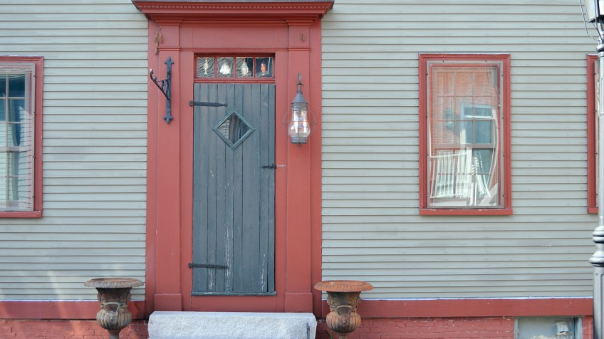 The exterior of a green and red 1790 home in Portsmouth, NH on Sheafe St.