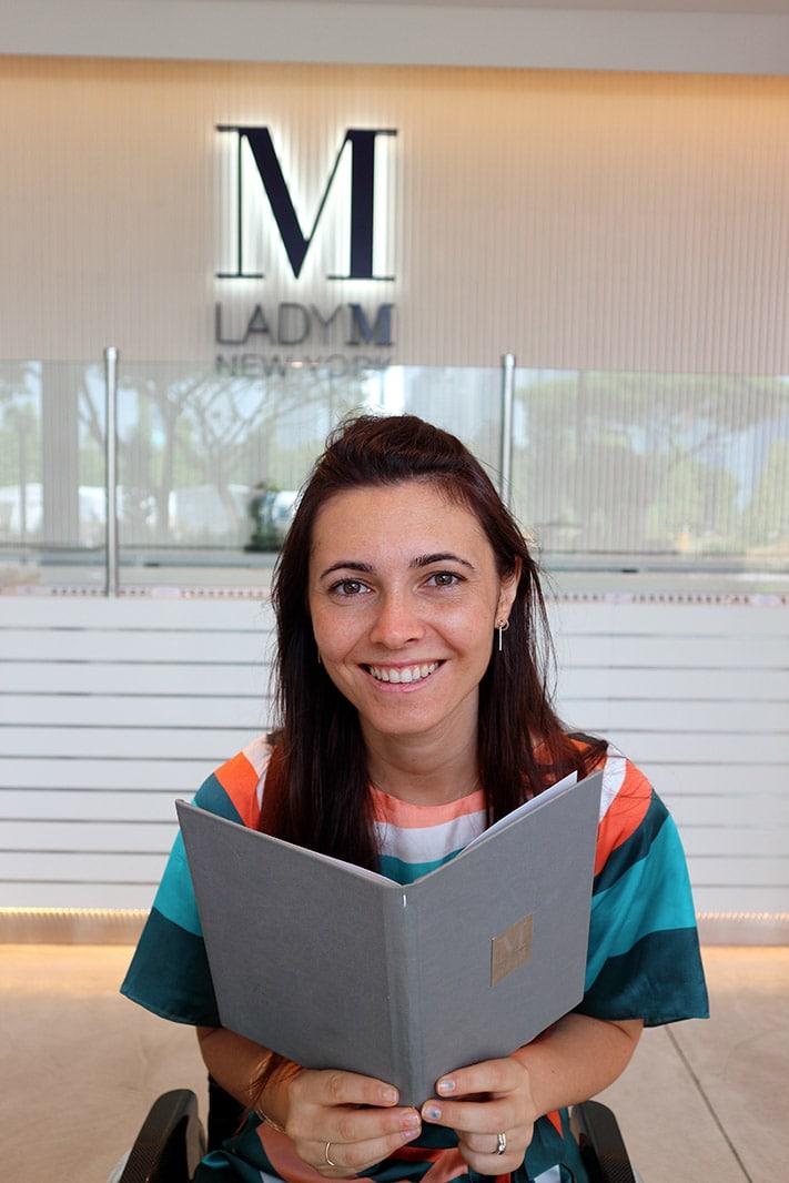 Giulia Lamarca guarda il menu di Lady M, Singapore