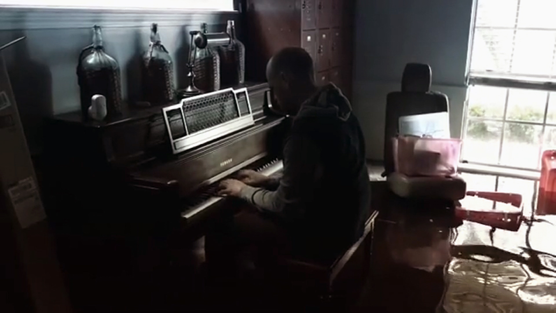 Man plays piano in Harvey flooded home-159532.jpg72018487