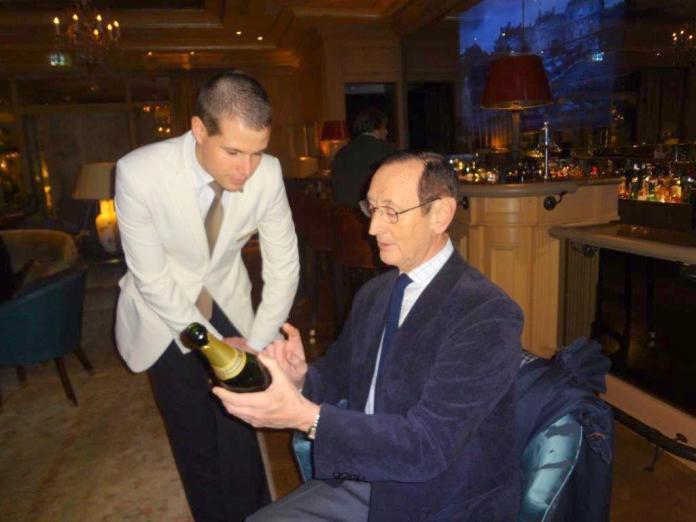 L'interview s'est déroulée au bar de l'hôtel Bristol à Paris