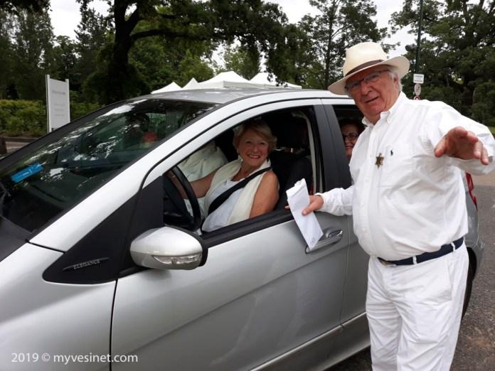 Les voitures se présentant sont accueillies par l'équipe de la Police municipale et, pour les premières, sont autorisées à se garer le long du périmètre, avec un laisser-passer conçu par le Sheriff en personne.
