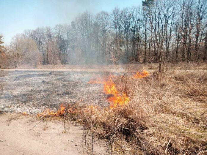 В Тиврівському районі спалювання трави призвело до  загорання ангару