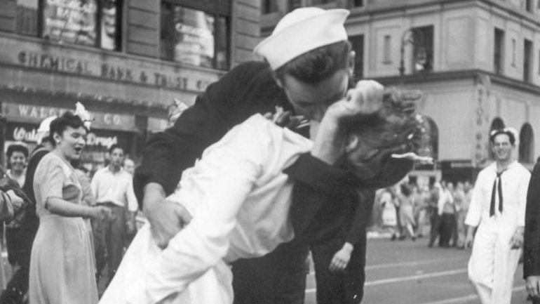 ap kissing sailor_156901-873736139