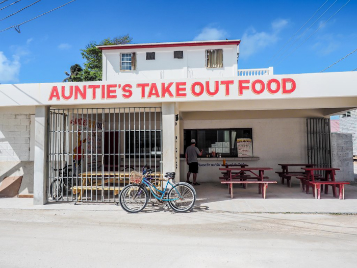 3 days in caye caulker, belize // where to eat, auntie's take out