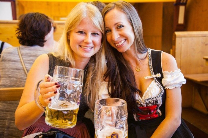 How to dress for Oktoberfest in Munich, Germany | What to wear for Oktoberfest | Oktoberfest packing list | Complete packing guide to Oktoberfest | Dirndls and trachten #oktoberfest #dirndl #munich #germany #beerfest