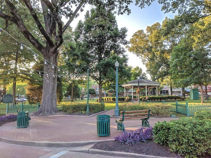 200 things to do in memphis, tennessee for first-time visitors, a local's guide   Collierville town square #collierville #memphis #traveltips #townsquare