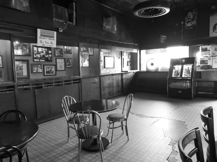 200 things to do in Memphis, Tennessee for first-time visitors | A local's guide. Earnestine and Hazel's, #memphis #traveltips #localsguide #divebar #haunted